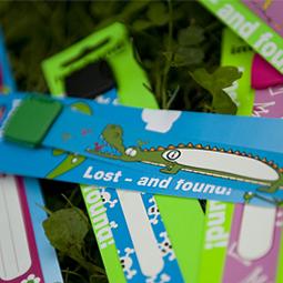"""""""Ztracenky"""" - dětské náramky, na které lihovým fixem napíšete, kam se má volat v případě, že se vaše ratolest zatoulá."""