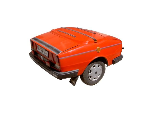 Nákladní přívěs. Rok: 1982. Předchozí majitel vozil přívěs za Škodou 105. Kdo tuto kombinaci ze zadu dohonil, na první pohled nepoznal, že se jedná o auto s přívěsem - předjíždějící řidiči tak byli vždy vyděšeni, když zjistili, o jak dlouhou škodovku se jedná. Technická zajímavost: po odemčení krytu hrdla nádrže se objeví dvě páčky, které slouží k otevírání přední a zadní kapoty. Přívěs má platnou TK a je v provozu.